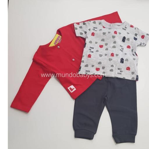 Chaqueta roja con camiseta estampado y pantalón gris oscuro