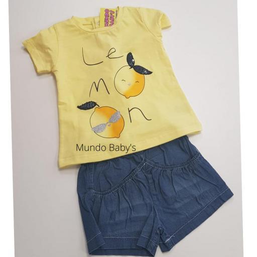 Camiseta amarillo y short vaquero