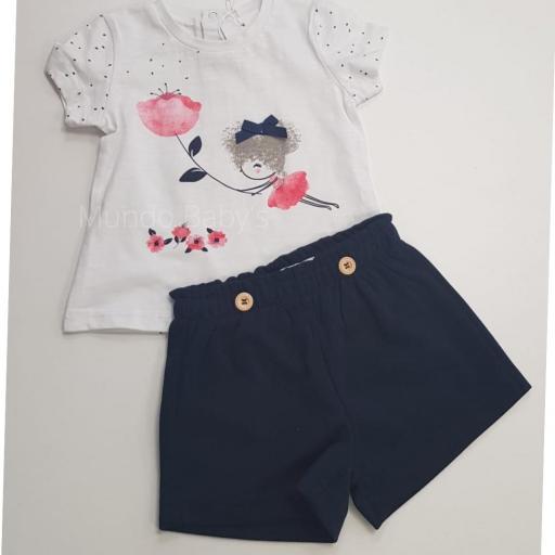 Camiseta blanca y shorts marino