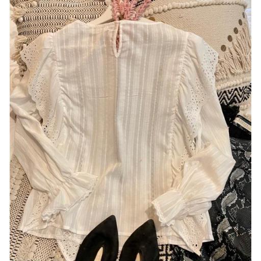 Camisa blanca volante [2]
