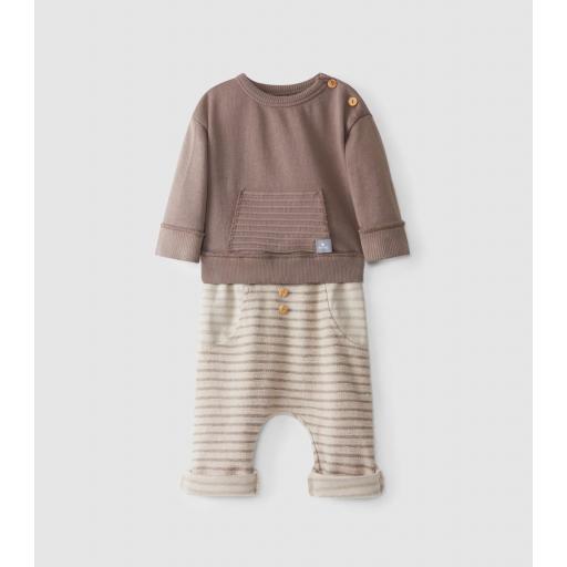 Conjunto de suéter y pantalones de felpa a rayas en relieve
