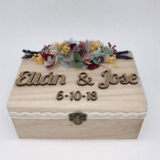 Caja Madera Grabada con Flores Preservadas