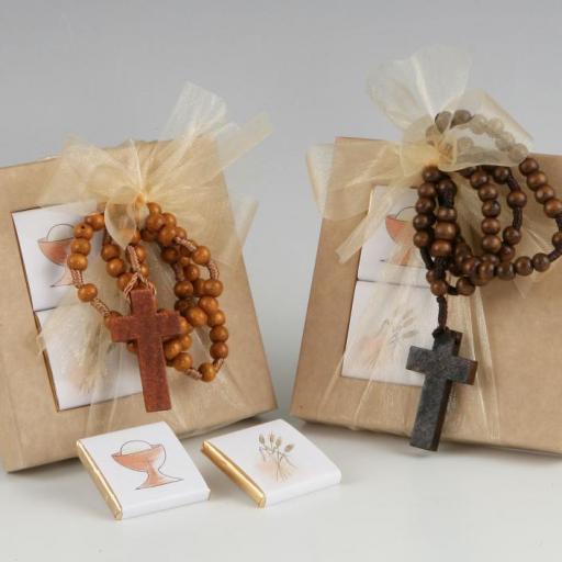 Rosario de madera en caja con chocolatinas