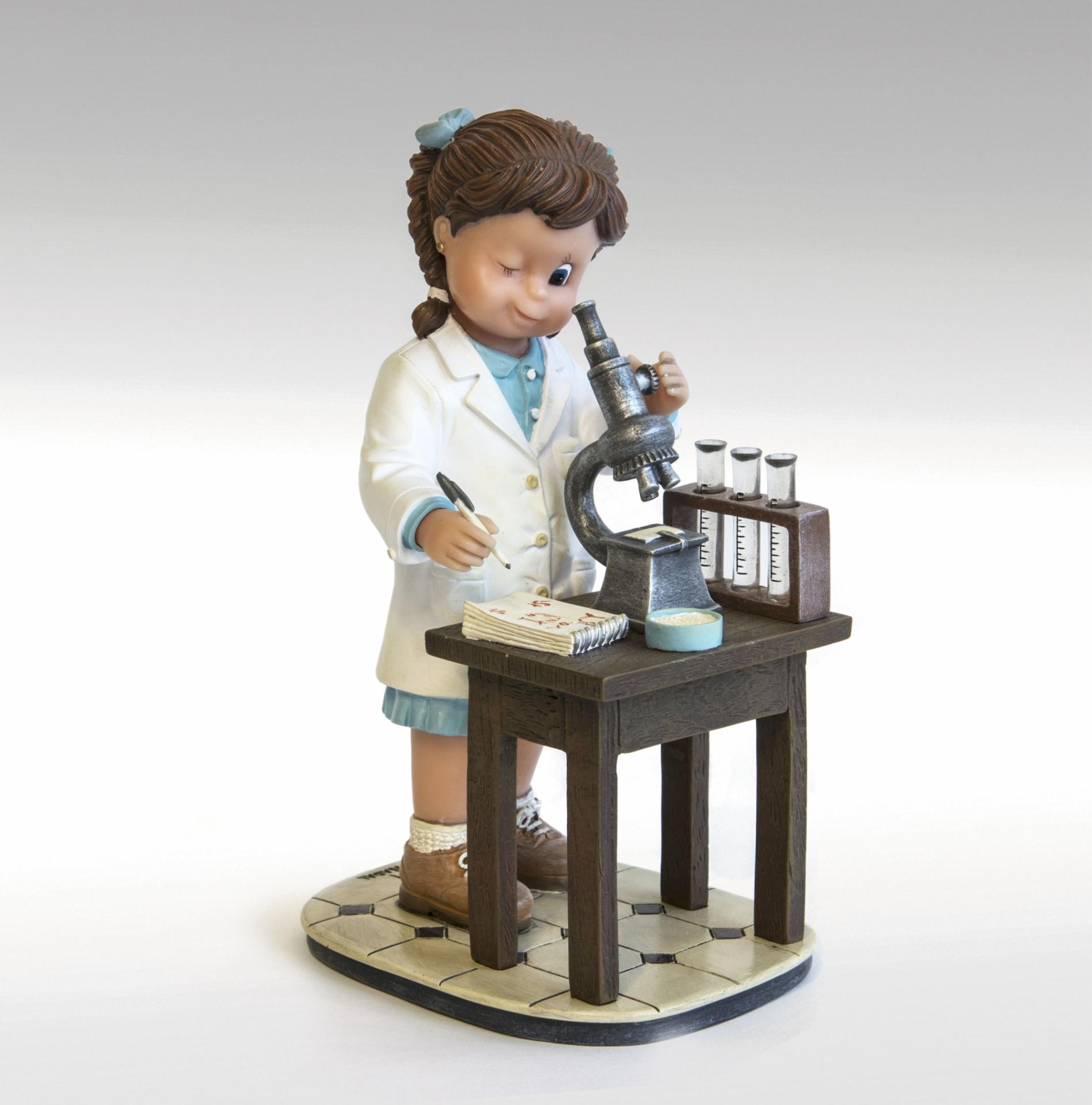figura-mirando-a-traves-del-microscopio-746778-nadal-studio-pequeños-tesoros-lomejorsg.jpg