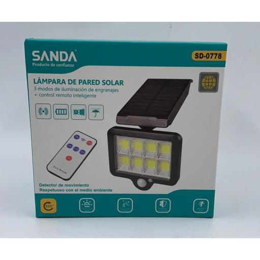 Lámpara solar con mando y sensor de movimiento. Tamaño aproximado de 15*15cm.
