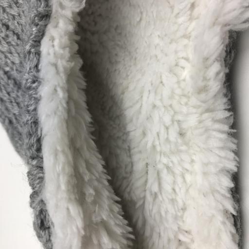 Gorro de punto y borreguillo con pompones en gris [1]
