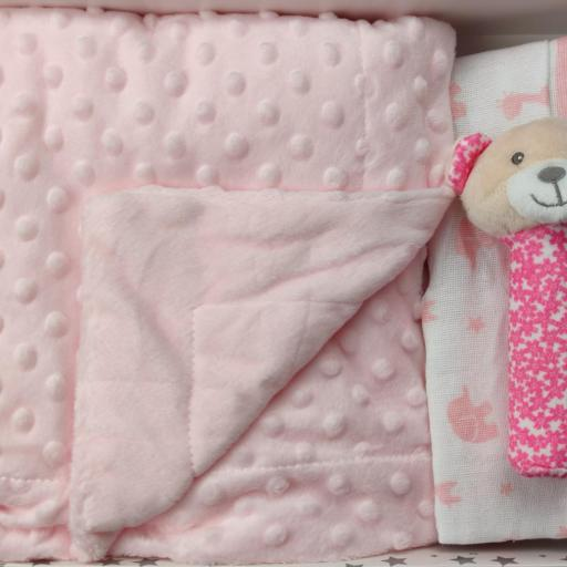 Juego de manta doralina + 2 gasas + mini peluche de mano en rosa