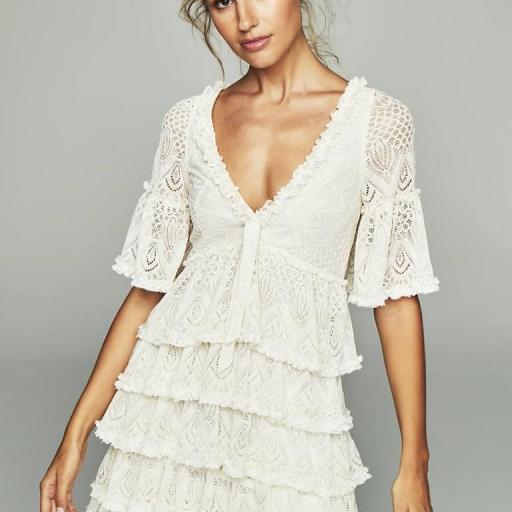 Vestido de encaje y volante blanco