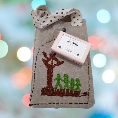 Bolsa realizada a mano con tela reciclada y bordada
