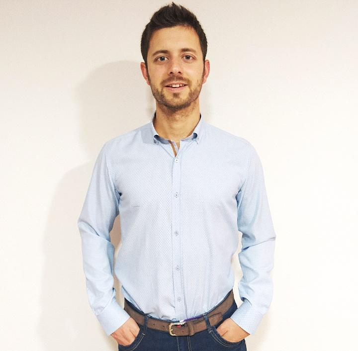 Camisa azul con deatalles