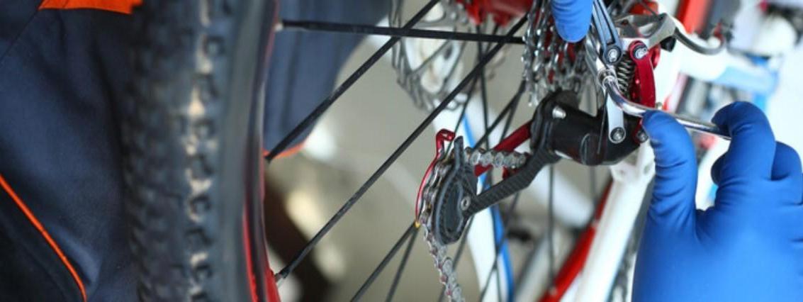 Limpiar y lubricar la cadena de la bicicleta.