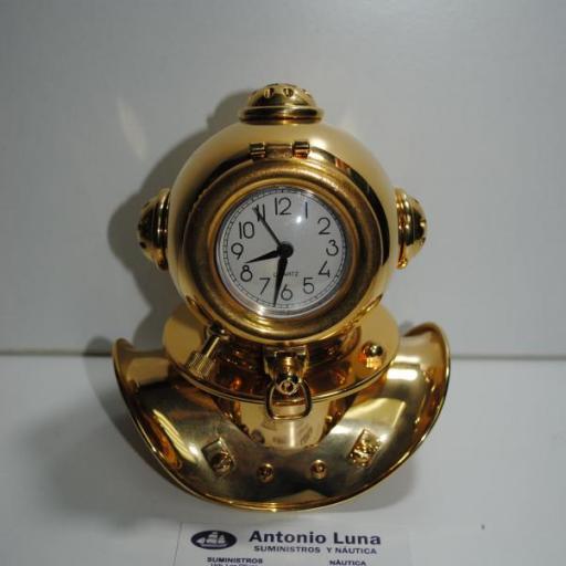 Escafandra latón dorado con reloj.