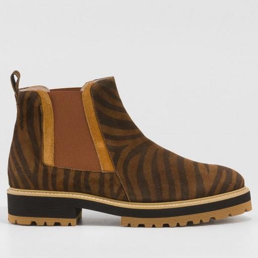 Gadea botín en serraje marrón con estampado de tigre