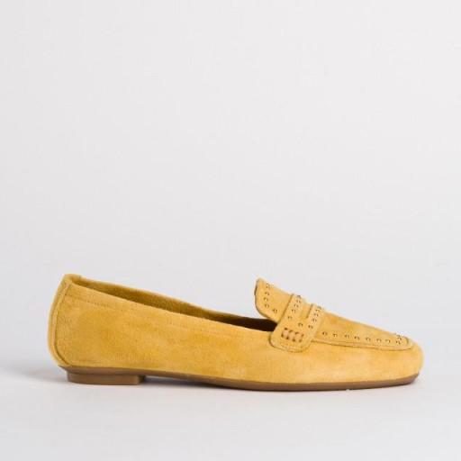 Mocasín serraje amarillo con tachuelas Reqins