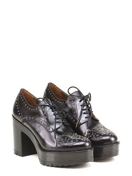 Pons Quintana zapato negro con tachuelas y plataforma
