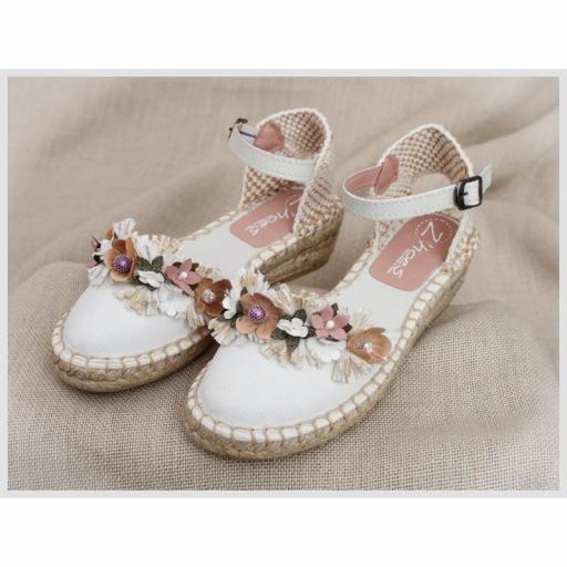 Zapato de Comunión ZOYSAN esparteña lisa blanco roto lona con flor