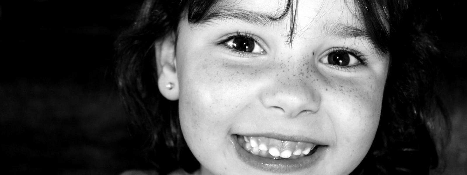 ¿Por qué los dentistas estadounidenses están recomendando extraer los dientes de leche antes de que se caigan?