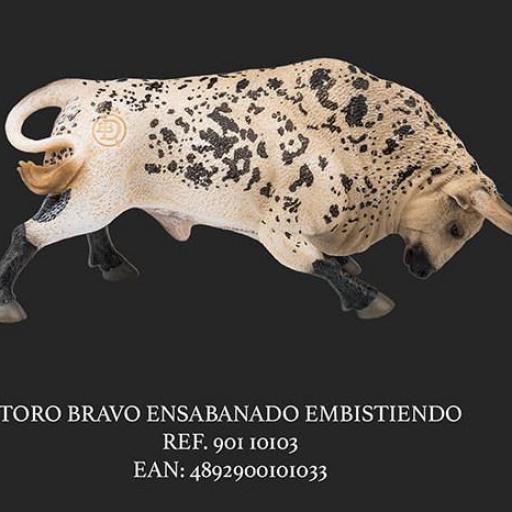 TORO ENSABINADO EMBISTIENDO