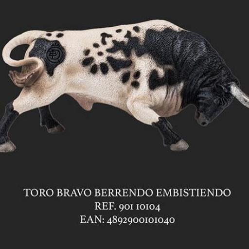 TORO BERRENDO EMBISTIENDO