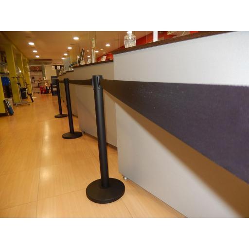 Poste separador con cinta extensible co-poste negro [1]