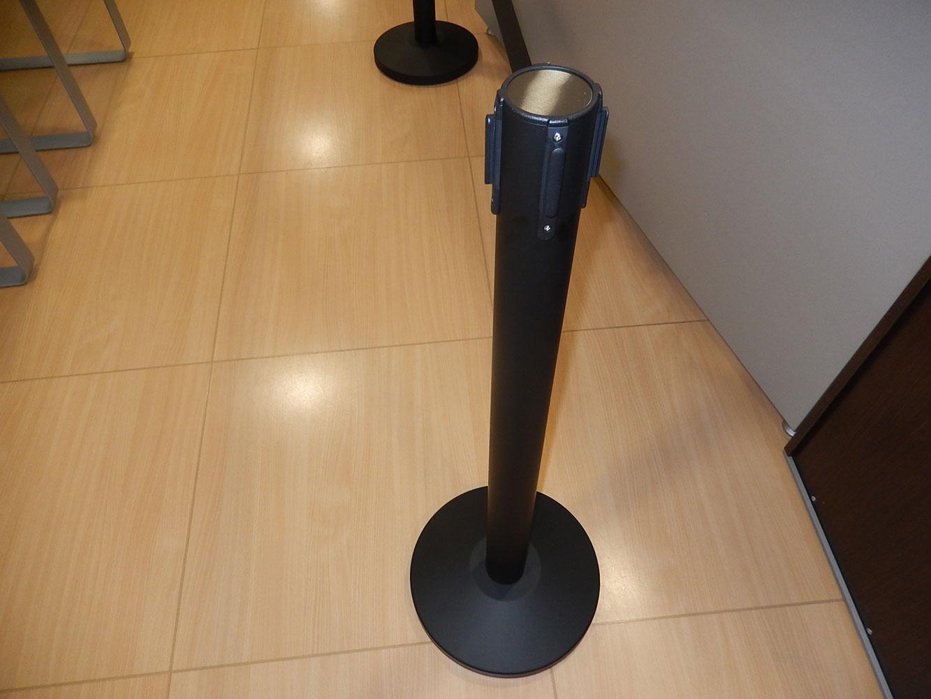 Poste separador con cinta extensible co-poste negro